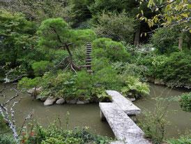 境内の日本庭園の石塔