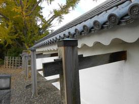 櫓門への瓦塀