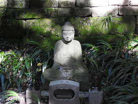 鐘楼手前の仏像