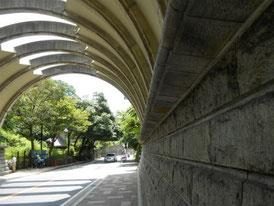 アーチを支える壁の反りも計算された造形です