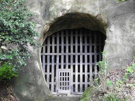 本堂裏山に残る高弟日郎らを幽閉した土牢
