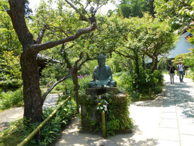 境内の何気なくおかれた仏像