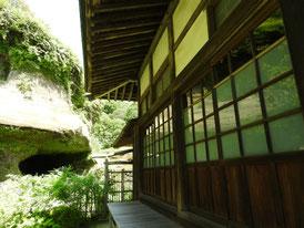 本堂左側面の、廻廊