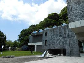 鎌倉の森に囲まれた美術館左