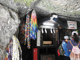 銭洗水の洞窟