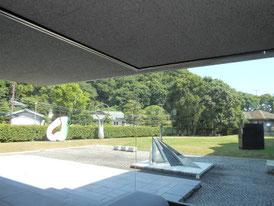 館内から、前庭の彫刻を望む