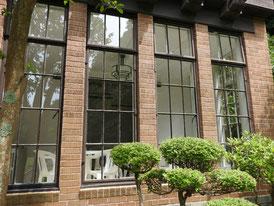 スクラッチタイルと窓デザイン