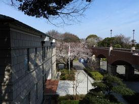 展示館から本館を望む 右:霧笛橋
