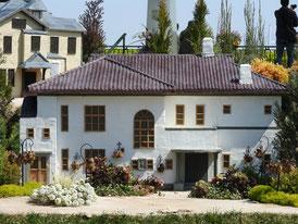 公園内ミニチュアハウス