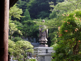 日蓮聖人銅像と凌霄花