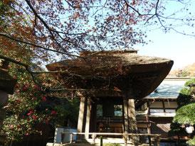 茅葺屋根の鐘楼