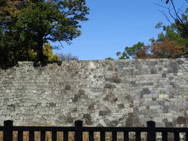 今も残る外掘りの石垣