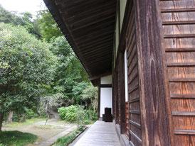 本堂左の回廊