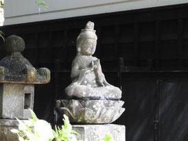 松ヶ岡宝蔵横の観音像