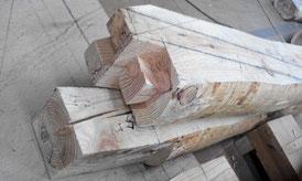 丸太から作った梁。太鼓梁といいます。