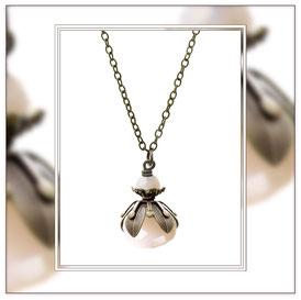 Mia ° The Tiny Esthete ° Kleine Blüten Kette Kleine Handgefertigte Kette in Blütenform mit Kristallschliffperlen in sanftem Pastellrosé. * Designed and Manufactured by Elfgard® Germany