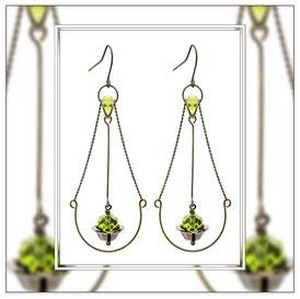 Juna ° The Floating Beauty ° Tropfenförmige Ohrhänger Handgefertigte Ohrringe mit Messing Ketten und Facettierten Glasperlen in leuchtendem Waldgrün. * Designed and Manufactured by Elfgard® Germany