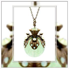 Dusa ° The Firefly Soul ° Leuchtende Strasskette - Märchenhafte Handgemachte Kette mit Nachteuchtenden Strasssteinen und großer Leuchtperle in Minzgrün.     * Designed and Manufactured by Elfgard® Germany