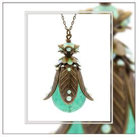 Lilia ° The Meadow Bride ° Blütenförmige Leuchtkette - Zauberhafte Handgemachte Kette mit Nachteuchtenden Strasssteinen und Mintgrüner Leuchtperle.     * Designed and Manufactured by Elfgard® Germany