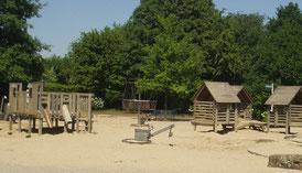 Matschspielplatz und rechts Gerüstspielplatz