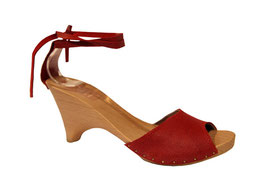 Modèle de sabot d'été pour femme, délicate sandale cuir sur un semelle bois au ravissant talon. le cuir est rouge craquelé, simple mais original, la bride avant est très décolletée mais tient très bien au pied grâce à la petite bride de la cheville
