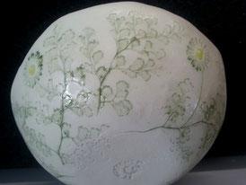 Extérieur d'un saladier motif végétal.