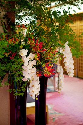 結婚式 ウェルカムフラワー 枝物やコチョウラン・グロリオサ・アジサイなどを使って和風のイメージ