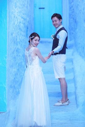 白いウェディングドレスが、シャウエンブルーに映えます。とても幸せそうな雰囲気ですね💛