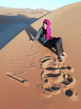 テントに到着後、日没まで自由行動。サラサラの砂の上に文字を書いたりして遊びます。