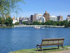 大濠公園では、ボートにも乗れます。ミスタードーナツやスターバックスがあり、散歩がてらにお茶をどうぞ。