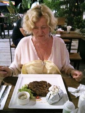 Elke und ihr Steak