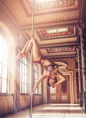 Brigitta zeigt euch in der Masterclass, Exotic und Hoop Stunden neue Tricks. Hast du dich heute schon herausgefordert?