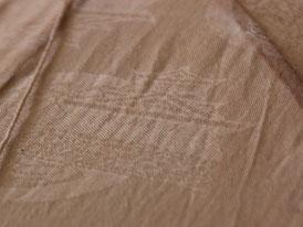 カツオや浜松城が織り込まれた生地を草木染した布で作ったオリジナル凧