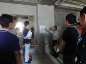 建設中の現場で説明を受ける参加者の方々 その1