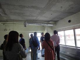 建設中の現場で説明を受ける参加者の方々 その2