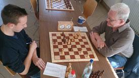 Brett 2: Uli Weller links. Nach schwarzem Le8 kann Weiß hier leider den Gewinn erzwingen! Es scheint, als hätte er das schon erspäht.