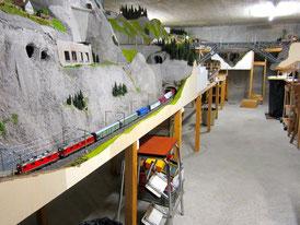 Langer Güterzug mit Re 10/10 (1083)