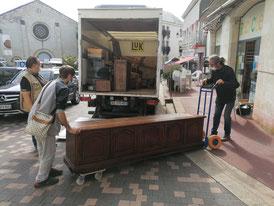 des bénévoles devant le camion du silo recyclerie 86