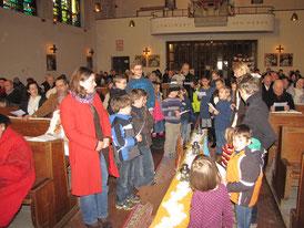 Am dritten Adventsonntag wollen die Kinder Geduld haben, wenn sie die dritte Laterne am Weg zur Krippe entzünden.