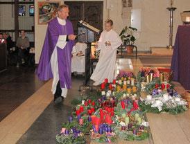 Am ersten Adventsonntag weiht der Pfarrer die mitgebrachten Adventkränze.