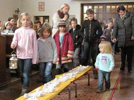 """Am ersten Adventsonntag brechen die Kinder auf zum Stall. Als Vorsatz bekommen sie mit: """"Ich werde auf jemanden acht geben""""."""