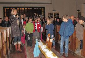 Am zweiten Adventsonntag wollen die Kinder Platz schaffen für die guten und wichtigen Dinge. Die Steine symbolisiern die kleinen und großen Hindernisse.