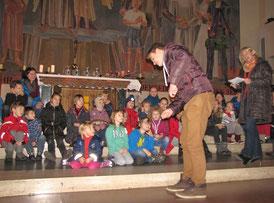 Am vierten Adventsonntag spielen die Kinder die Geschichte vom armen Schuster Martin, der anderen Menschen hilft und dadurch erkennt, dass Jesus in allen Menschen wohnt.