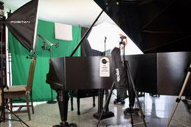 Musikschule_Klavierstudio_PatrickDieter_Videostudio_Onlineunterricht_Fotolampen und Schirme, Flügel, E-Gitarre, E-Bass, Beleuchtung