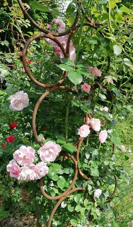 Rosenbogen mit Pflanzbehälter - handgeschmiedet