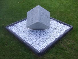 Stein-Würfel-Skulptur-Kunstwerk von künstlerstein.de Mathias Rüffert