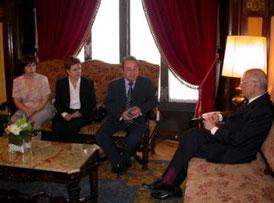 Manuel Jaime, residente de INTER-SOS y una representación de socios con el Sr. Joan Rigol i Roig, Presidente del Parlament de Catalunya.