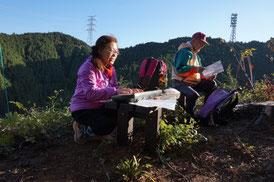 午後は、山頂を下り柚木の森へ。周辺は人工林が続きます。   柚木の森(築瀬尾根) 14:40