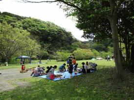 池子の森自然公園緑地エリアで遊ぶ家族連れ
