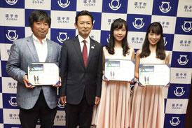 広報大使に委嘱した三浦豪太さん、山田姉妹